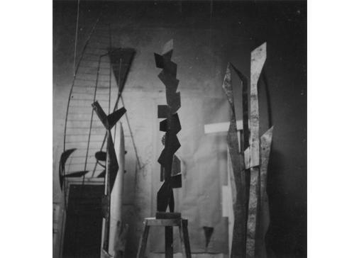 Studio di Consagra in Via Margutta 48, Roma, 1948. Foto Vasari, Roma