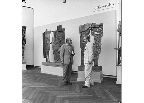 Consagra con il collezionista americano Arnold Maremont - Sala personale, XXVIII Biennale Internazionale d'Arte, Venezia, 1956. Foto Giacomelli