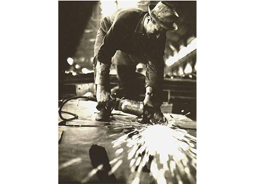 """Pietro Consagra lavora a """"Colloquio col vento"""", Italsider, Savona, 1962. Foto Ugo Mulas © Ugo Mulas Heirs. All rights reserved."""