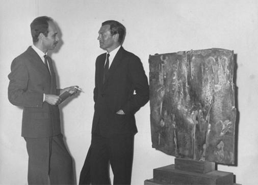 """Mostra """"Pietro Consagra Esculturas"""" alla Galeria Bonino, Buenos Aires, 1962. Alfred Bonino con ilcollezionista Victor Bossart. Foto Sameer Makarius"""