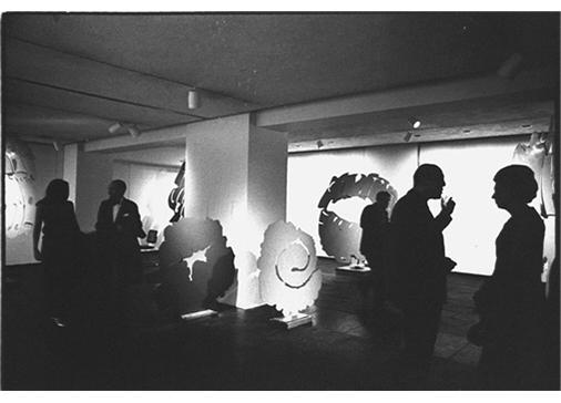 """Mostra """"Consagra"""", Marlborough Gerson Gallery, New York, 1967. A sinistra il critico d'arte Alan Solomon, a destra di profilo Piero Dorazio. Foto Ugo Mulas © Ugo Mulas Heirs. All rights reserved."""