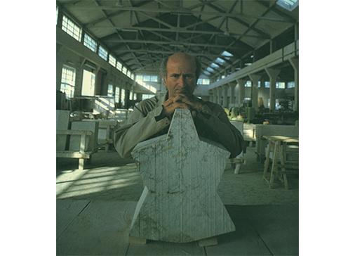 Consagra nel laboratorio Sicilmarmi, 1972.Foto Enzo Sellerio.