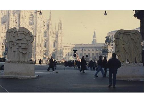 Bifrontale Nembro Rosato, 1976, marmo e Bifrontale Giallo Mori, 1976, Marmo.Piazza Duomo, Milano.