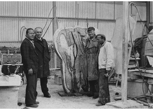 Da sinistra, Giovanni Carandente, Licisco Magagnato, Consagra, Sem Ghelardini,nel laboratorio di Pietrasanta durante la preparazione delle opere da esporre alMuseo di Castelvecchio, Verona, 1976.