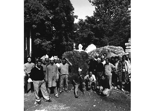 """Consagra a destra della scultura """"Bifrontale Blu del Brasile"""", 1977 Foto Antonia Mulas"""