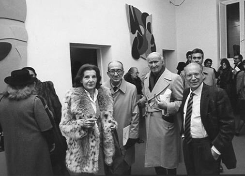 """Palma Bucarelli, Giulio Carlo Argan, Pietro Consagra, Filiberto Menna. Mostra """"Pietro Consagra - Pianeti"""", Galleria dei Banchi Nuovi, Roma, 1987, curata da F. Menna. Foto A. Aricò."""