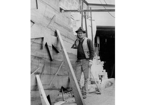Pietro Consagra durante la realizzazione di Trama, 1972