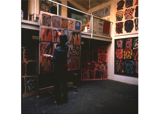 Consagra painting in the studio in Rome, 1984.  Photo: V. Pigazzini